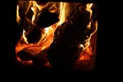 Brand in de brandwond van ovenlogboeken stock afbeeldingen