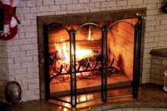 Brand in de huisopen haard op Kerstnacht stock afbeeldingen