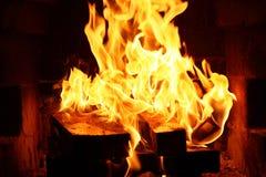Brand in de open haard stock afbeeldingen