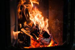 Brand in de open haard royalty-vrije stock afbeeldingen
