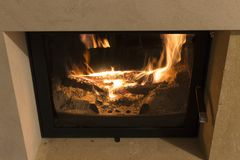 Brand in de open haard Warm huis stock afbeeldingen