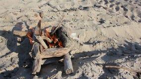 Brand in de vorm van goed het branden op het zand stock video