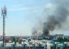 Brand die de fabriek branden Stock Foto's