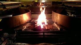 Brand in een grote grill stock videobeelden