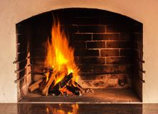 Brand in een huisopen haard met bezinning over een steen Het gelijk maken lig royalty-vrije stock afbeeldingen