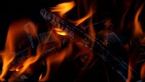 Brand in een open haard stock footage