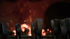 Brand en hete steenkolen in de open haard stock footage