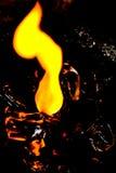 Brand en ijs Brandend ijsblokje op een glanzende oppervlakte rode toon Stock Foto
