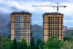 Brand en rook in high-rise die in aanbouw bouwen stock afbeelding