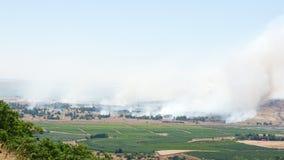 Brand en rook - oorlog in Syrië dichtbij Israëlische grens Stock Foto's