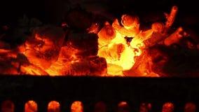 Brand en verkoold hout in de vuurhaard stock videobeelden