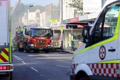 Brand en ziekenwagen de bemanningen wonen de tragedie van de winkelontploffing bij Stock Foto's