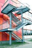 brand för escape för nödläge för arkitekturbakgrundsbyggnad utanför stads- trappa Arkivfoton