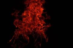 Brand flammar i svart fotografering för bildbyråer