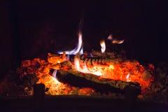 Brand flammar med askaen i spis royaltyfri fotografi