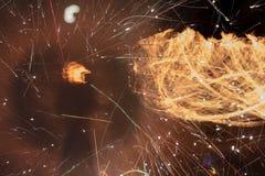 Brand flammar med gnistor på en svart bakgrund Royaltyfri Foto