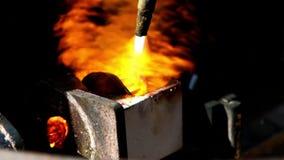 Brand gebrand brons die in fabriek smelten stock video
