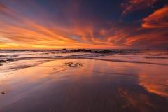 Brand gelijke hemel met bezinning over het witte zand Stock Afbeeldingen