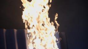 In brand gestoken tegels Professioneel vuren van keramische tegels om dak-waarborg van speciale sterkte en duurzaamheid van dak t stock footage