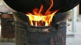 Brand het branden in lokaal fornuis stock footage