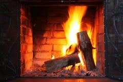 Brand in het branden van open haard in de winterclose-up royalty-vrije stock foto