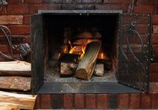 Brand in het branden van open haard in de winterclose-up stock fotografie