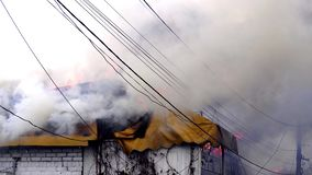 Brand in het gebouw Het dak van het gebouw op brand stock video
