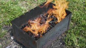 Brand i en fyrpanna arkivfilmer