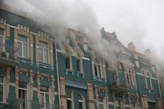 Brand i en historisk centrumbyggnad Arkivfoto