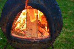 Brand i en trädgårds- chimnea Arkivbilder