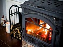 Brand i spisen med journaler av trä och Santa Claus royaltyfri bild