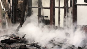 brand i trähus arkivfilmer