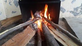 Brand loggar in på brandkrukan med glöd och brinnande kol- och flammaflammor royaltyfri bild
