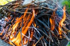 Brand met sintels voor de barbecue royalty-vrije stock fotografie
