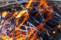 Brand met sintels voor de barbecue royalty-vrije stock foto