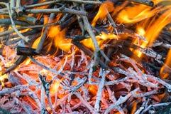 Brand met sintels voor de barbecue royalty-vrije stock afbeeldingen