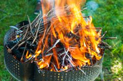 Brand met sintels voor de barbecue royalty-vrije stock afbeelding
