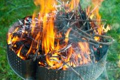 Brand met sintels voor de barbecue stock foto