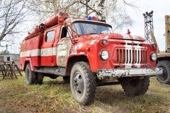 Brand-motor retro sovjetisk bil ZIL-130 Fotografering för Bildbyråer