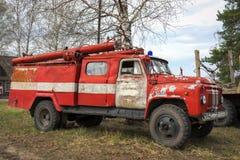 Brand-motor retro sovjetisk bil ZIL-130 Arkivfoto