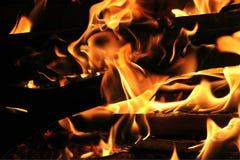 Brand och flammor för brinnande inloggning varm Royaltyfri Bild
