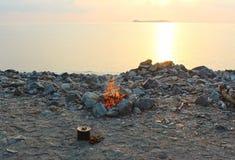Brand och matlagning på stranden fotografering för bildbyråer