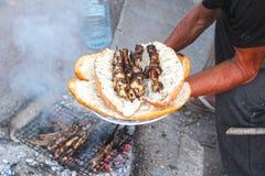 Brand och matlagning på stranden royaltyfria bilder
