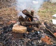Brand op de dorpsbinnenplaats royalty-vrije stock foto's