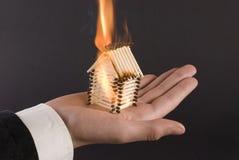 Brand op de palm stock afbeelding