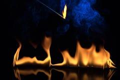 Brand op een zwarte achtergrond Stock Foto's