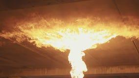 Brand op het plafond van vlammenwerper bij dark in langzame motie stock video
