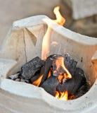 Brand op houtskoolfornuis royalty-vrije stock foto's