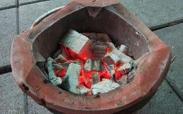 Brand op houtskoolfornuis Royalty-vrije Stock Foto