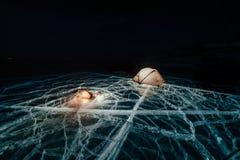 Brand op ijs bij nacht Kampeerterrein op ijs Tenttribunes naast vuur Meer Baikal Dichtbij er is auto Schuilplaatstent en stock fotografie